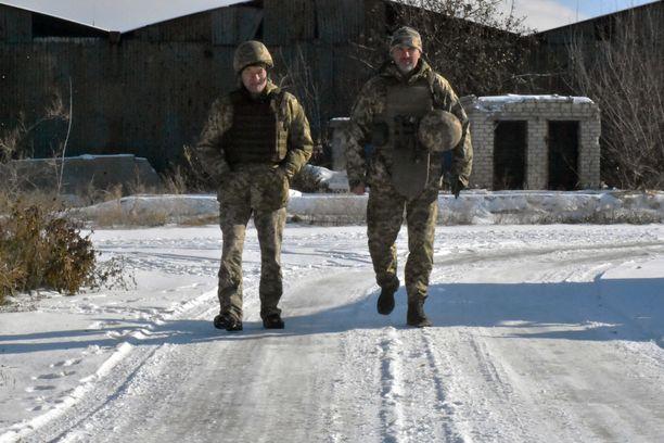 Oleh Chapovskyi (oikealla) Avdieevkassa Itä-Ukrainassa marraskuussa 2018. Vieressä viestintäupseeri Ukrainan puolustusvoimista.