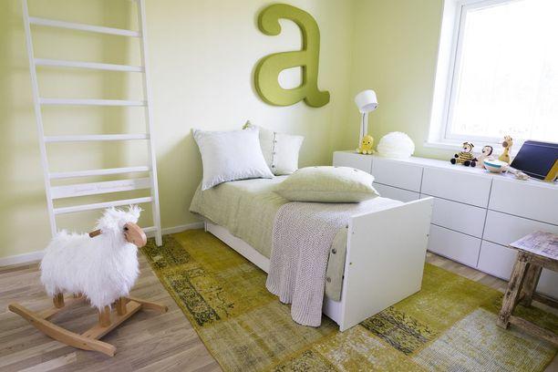 Alle kouluikäisen tytön huoneeseen eloisuutta tuovat vaaleanvihreän eri sävyt. Asuntomessukohde 15.