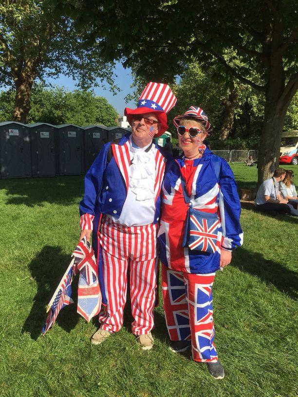 Ray Brown ja Janet Butterfield ovat pukeutuneet synnyinmaidensa lippujen mukaan.