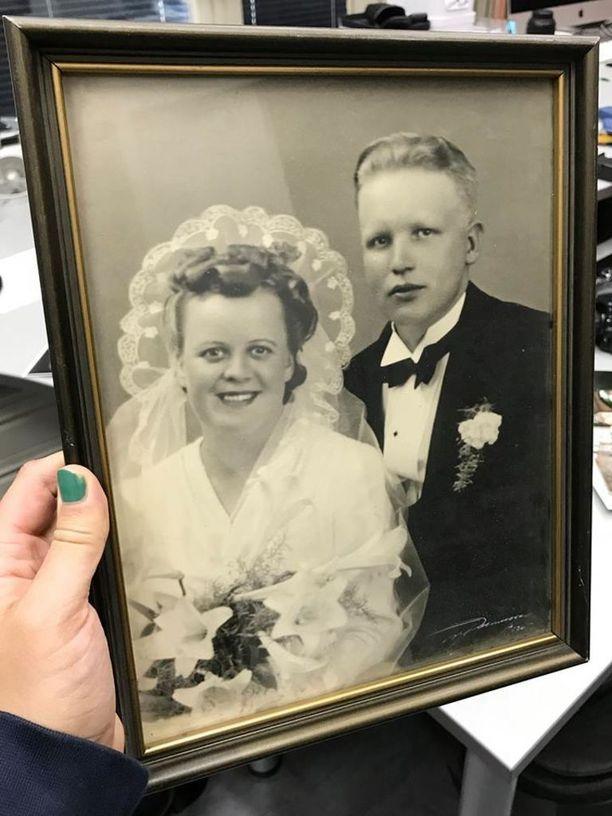 Tuore aviopari Ossi ja Laina Virtanen ei arvannut vuonna 1939 että vuonna 2017 heidän vihkikuvansa julkaistaisiin jossakin Facebookissa ja aikuiset tyttäret lapsineen riemuitsisivat kuvan löytymisestä.