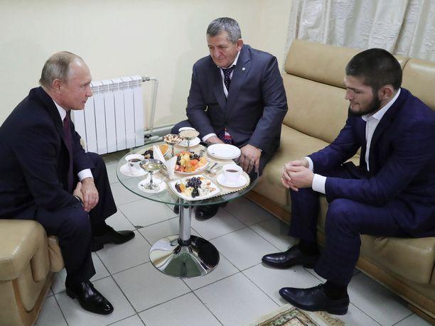 Presidentti Vladimir Putin tarjosi Habib Nurmagomedoville ja tämän Abdulmanap-isälle teetä ja pikkunaposteltavaa menestyksekkään UFC-tittelipuolustuksen kunniaksi.