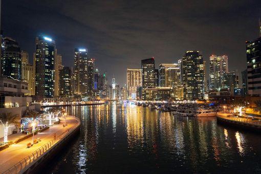 Dubai Marina iltavalaistuksessa.