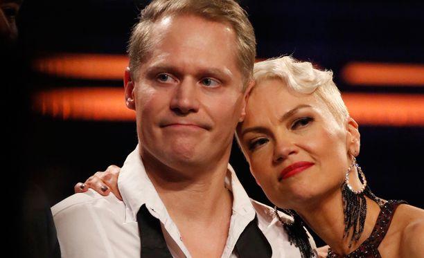 Jarkko Tamminen oli silminnähden pettynyt putoamisestaan. Susa Matson antoi tukea.