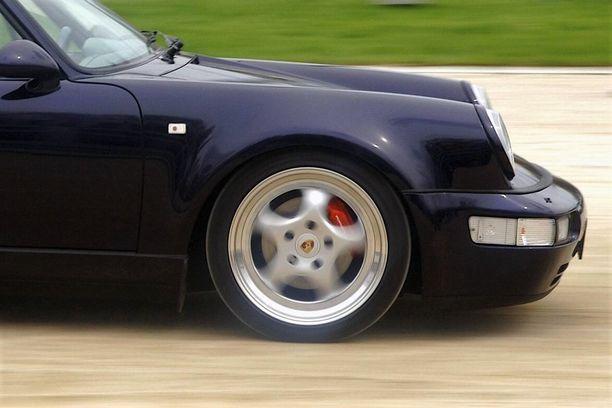 Roimaa ylinopeutta ajaneen syytetyn mukaan ajo-oikeus on hänelle välttämätön. Kuvituskuva klassisesta Porsche-urheiluautosta.