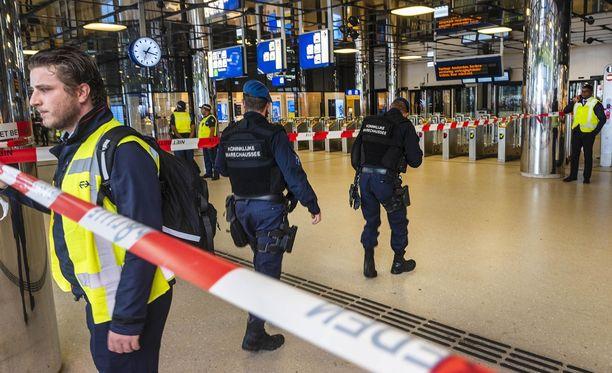 Amsterdamin keskusrautatieasema tyhjennettiin perjantaina puukotusiskun jälkeen.