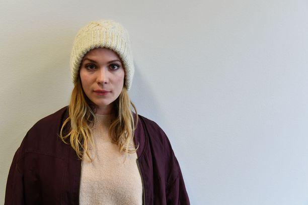 Näyttelijä Pihla Viitala arvostelee elokuva- ja tv-alan vähäisiä resursseja.