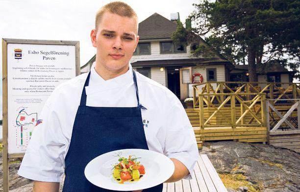 -Minusta on hauskaa ajaa veneellä töihin. Tässä kesätyössä ei todellakaan ole valittamista, keittiömestari Kim Mikkola sanoo.