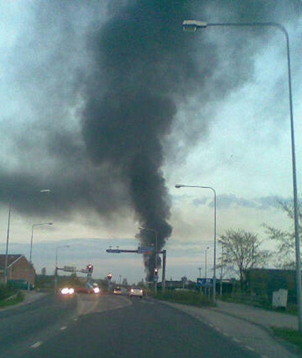 Romuautojen palo nostatti tumman savupatsaan korkealle Riihimäen taivaan ylle.