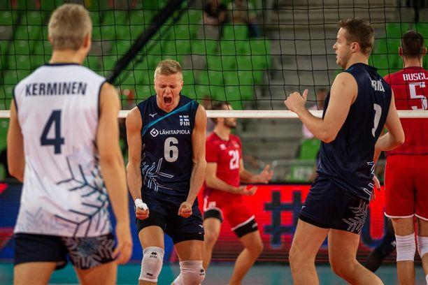 Antti Ronkainen (keskellä) oli ilmi-liekeissä Valko-Venäjä-ottelun kolmessa ensimmäisessä erässä. Sitten alkoivat vaikeudet.