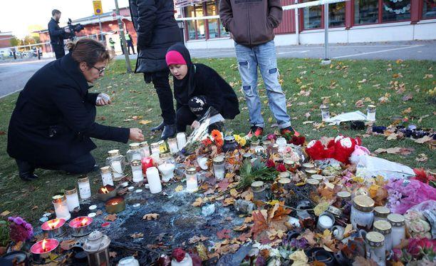 Trollhättanin Kronanin koulun eteen tuotiin perjantaina kynttilöitä.