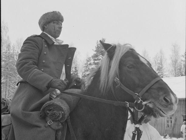 """""""Marokon Kauhu"""" oli etevä ratsastaja ja liikkui rintamalla usein hevosella. Kuva on otettu joulukuun alussa 1939."""