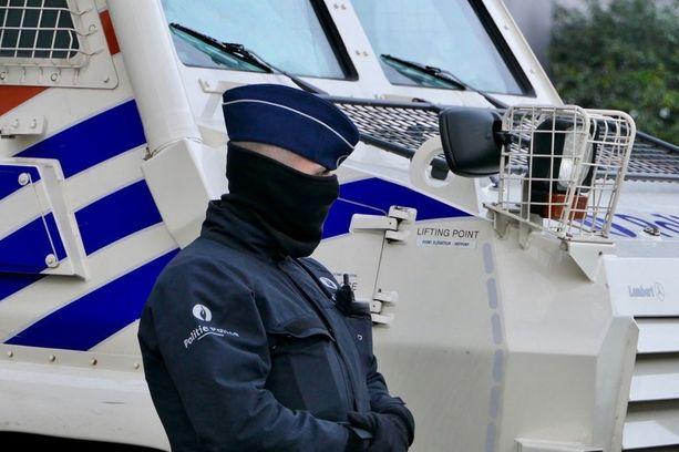 Brysselin oikeuspalatsin edessä poliisit tekivät maanantaina sisääntulijoiden turvatarkastukset poikkeuksellisesti kasvonsa peittäneinä.