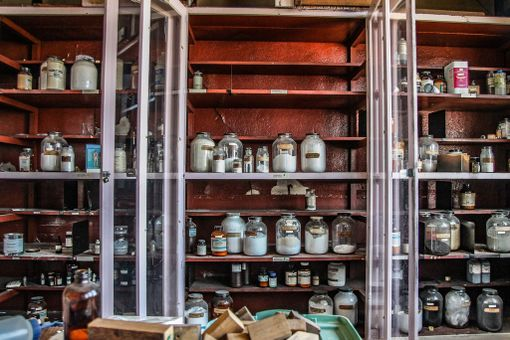 Kemianluokassa oli yhä vaarallisia aineita, kun valokuvaaja kävi tutustumassa paikkoihin.