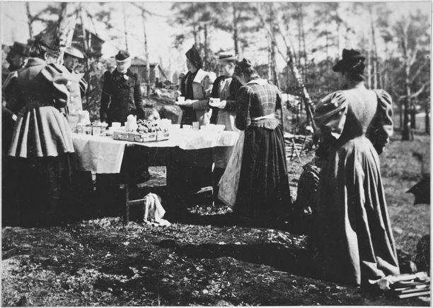 Rouvat viettävät vappujuhlia Pasilassa vuonna 1905. Korsetti kiristi uudenvuodenjuhlissa 1916, mutta laahus ei ollut enää muotia.