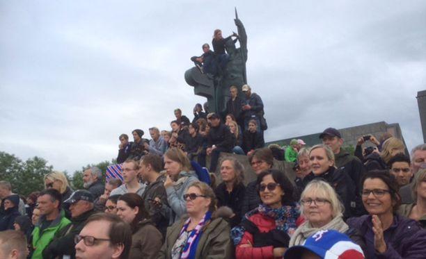 Lopulta väkeä oli niin paljon, että patsaskin kävi istumapaikaksi.