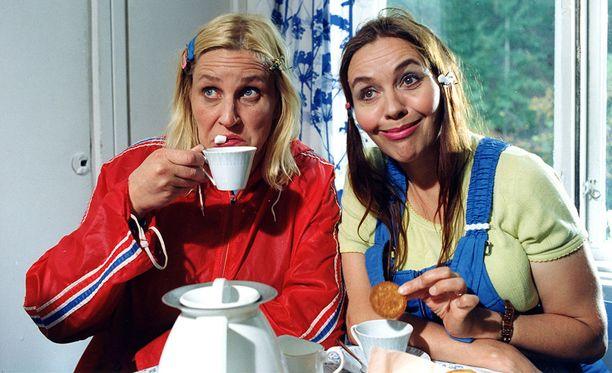 Hansu (Riitta Havukainen oikealla) ja Pirre (Eija Vilpas vasemmalla) nähdään ohjelmaravintola Maximin lavalla Kuopiossa.