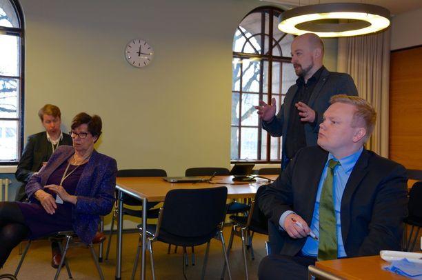 Keskustan kansanedustajat Sirkka-Liisa Anttila, Mikko Kärnä ja Antti Kurvinen kuuntelivat vakkasuomalaisten susimurheita eduskunnassa.