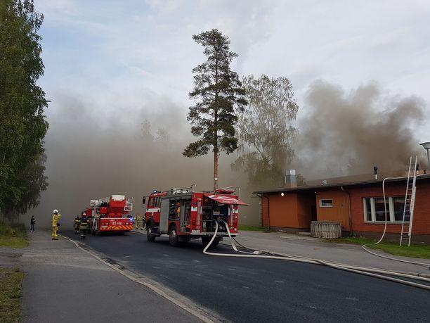 Tulipalo levittää sankkaa savua alueelle.