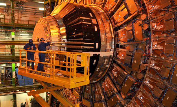 Euroopan hiukkasfysiikan tutkimuslaitoksen (CERN) suuri hadronitörmäytin on maailman suurin hiukkaskiihdytin.