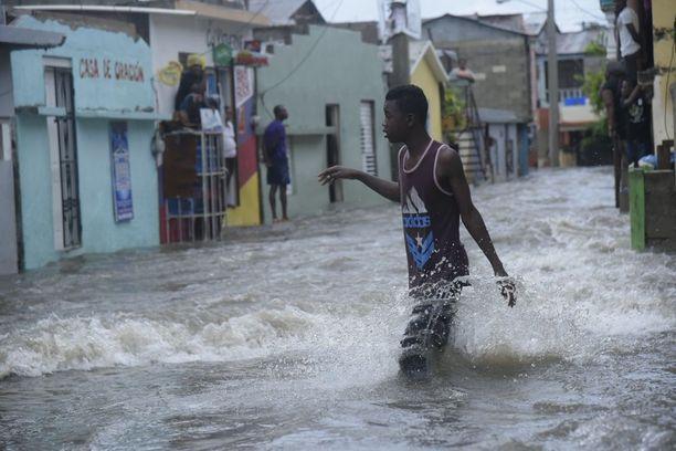 Yli viisi ja puolituhatta ihmistä evakuoitiin Dominikaanisessa tasavallassa, missä tulvi Irman jäljiltä torstaina 7. syyskuuta.