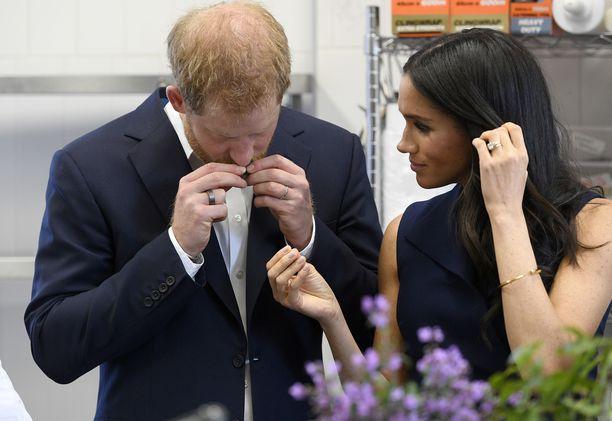 Sormus oli selvästi nähtävissä kun Harry ja Meghan tutustuivat paikalliseen ruokatarjontaan.