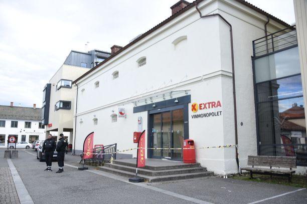 Yksi hyökkäyspaikka oli paikallinen Coop Extra -ruokakauppa. Iltalehti raportoi paikan päältä suorassa lähetyksessä ruokakaupalta kello 16.30.