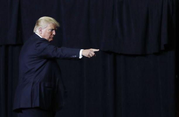 Bob Woodwardin mukaan Trumpin hallinto on koko ajan hermoromahduksen partaalla, koska Trump ei pysty hoitamaan asioita.