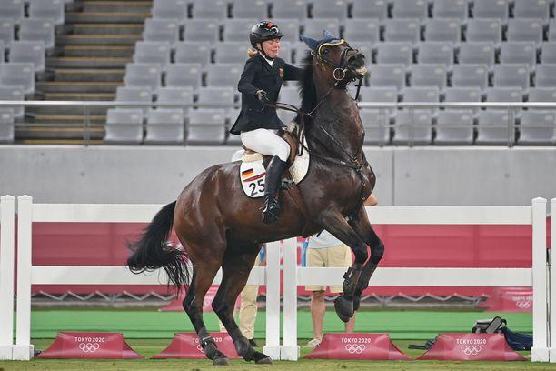 Annika Schleu ei saanut hevostaan tottelemaan.