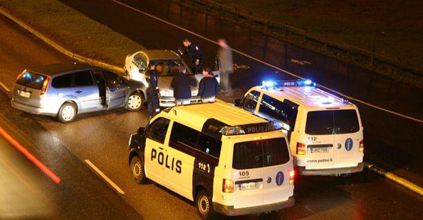 Poliisi sai miehen pysähtymään vasta törmäämällä tämän autoon.
