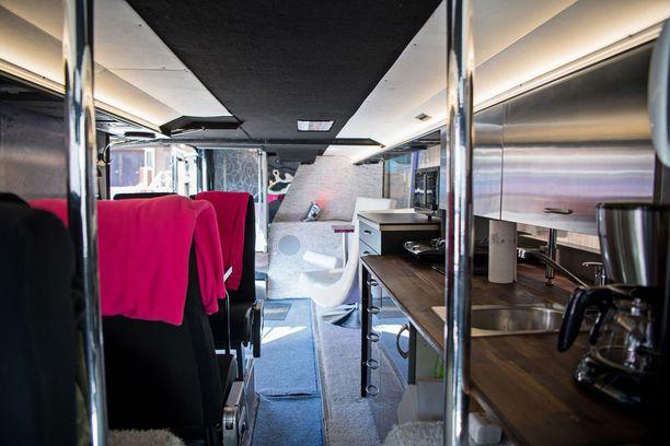 Luksusbussi on varustettu kaikilla herkuilla.