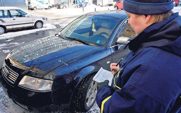 TUTTUA PUUHAA – Tämä on päivittäistä puuhaa, sanoo pysäköinnintarkastaja Jarna Ahola kirjoittaessaan sakon ulkomaalaisrekisterissä olevalle autolle.