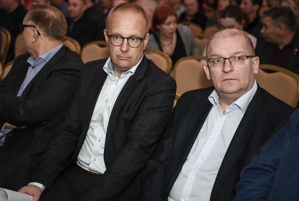 Ay-liike mellastaa asemansa puolesta SAK-pomo Jarkko Elorannan (vas.) ja Teollisuusliiton puheenjohtajan Riku Aallon johdolla.