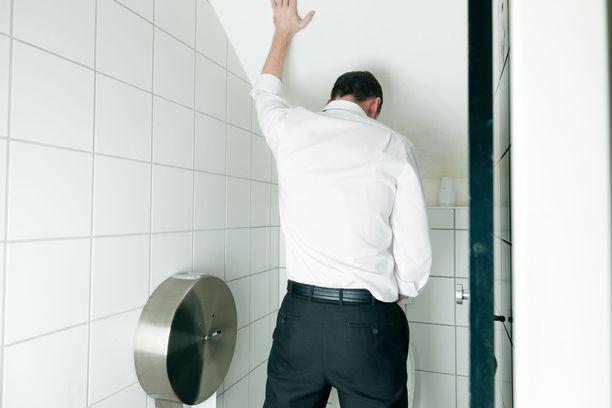 Useimmat miehet virtsaavat seisoaltaan, mutta onko se terveellisin vaihtoehto?
