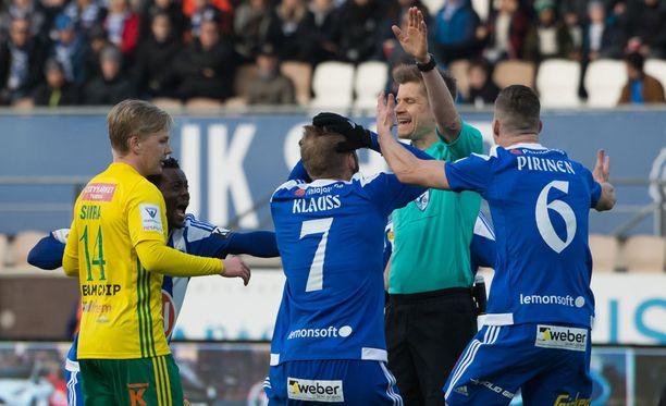 HJK:n Juha Pirinen (oik.) vaatii rangaistuspotkua.