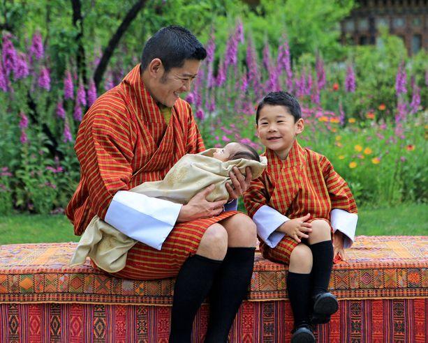 Bhutanin kuningas poikiensa kanssa toukokuussa 2020..