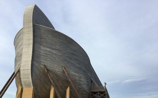 Raamattuun kirjaimellisesti uskovat evoluutioteorian kiistäjät rakensivat jättimäisen Nooan arkin keskelle peltoa Kentuckyssa - Sisältä vielä oudompi kuin ulkoa