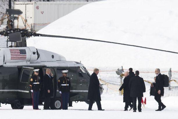 Trump saapui lumisiin maisemiin Sveitsin Davosiin torstaina.