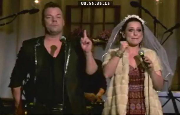 Erin Anttila ja Jari Sillanpää ovat tunteneet toisensa yli kymmenen vuotta. Tämän iltaisessa jaksossa he yltyvät hassuttelemaan keskenään hääparina.