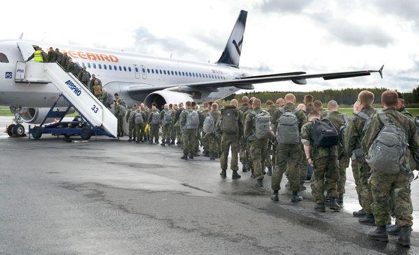 Suomalaisia rauhanturvaajia lähdössä Libanoniin.