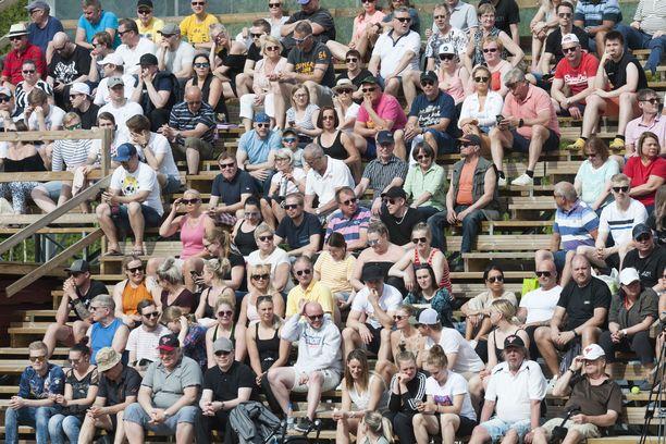 Sunnuntaina pesäpallo-ottelussa Tampereella oli liki tuhat katsojaa. Vanhat katsomot ollaat siirtämässä uudelle kentälle.