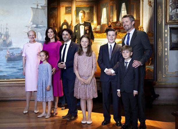 Perheestä julkaistiin myös virallinen perhepotretti.