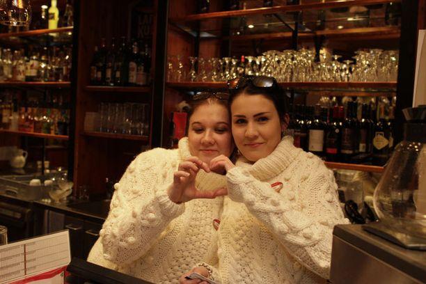 Imatran Rosson työntekijät pukivat kesken Putous-lähetyksen Antsku-henkiset valkoiset villapaidat päälleen.