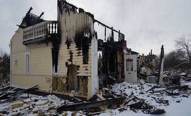 Syyttäjä vaatii seitsemää vuotta vankeutta nelikymppiselle naiselle kolmesta murhan yrityksestä ja tuhotyöstä. Perheen koti paloi 20. helmikuuta 2017.