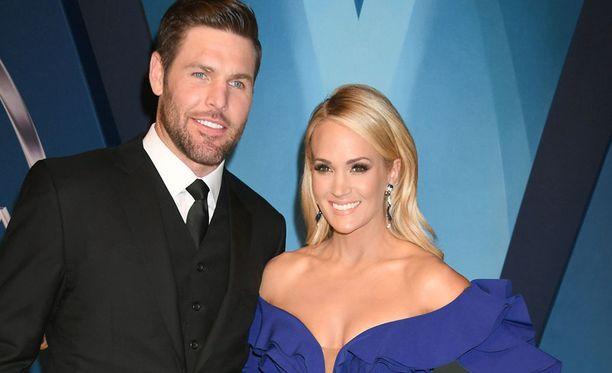 Mike Fisher puolisonsa Carrie Underwoodin vierellä punaisella matolla. Pariskunta on ollut naimisissa vuodesta 2010.