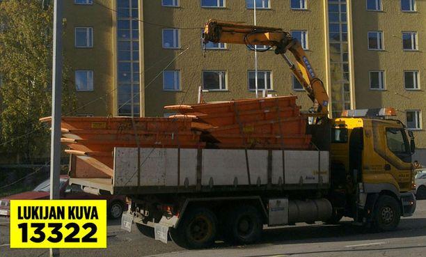 Raitiovaunujen ajolangat ottivat kiinni tällä kertaa Taka-Töölössä.