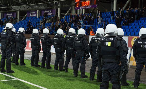 Tiukka poliisivalvonta tulee näillä näkymin jatkossakin olemaan kiinteä osa Stadin derbyä.