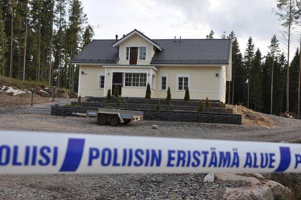 Aarnion uuden omakotitalon istutuspenkereestä löytyi viime toukokuussa 65 000 euron setelikätkö. Aarnio ei ehtinyt muuttaa uuteen taloonsa ennen vangitsemistaan.