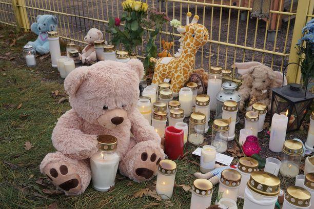 Porvoossa ihmiset ovat vieneet kynttilöitä ja muistoesineitä maanantaina surmatun pikkutytön muistoksi.