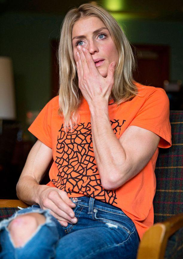 Therese Johaug puhui lehdistölle oranssissa t-paidassa ja farkuissa.