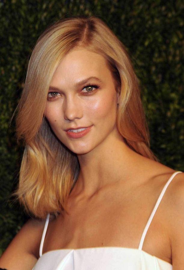Malli Karlie Klossin leikkaus saa kaunottaren hienot hiukset näyttämään upeilta.